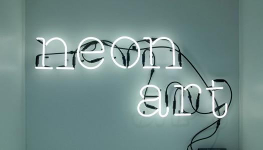 Neon Buchstaben als auffälliges Wohnaccessoire