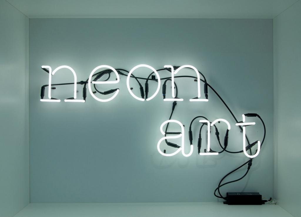 neon buchstaben als auff lliges wohnaccessoire designs2love. Black Bedroom Furniture Sets. Home Design Ideas