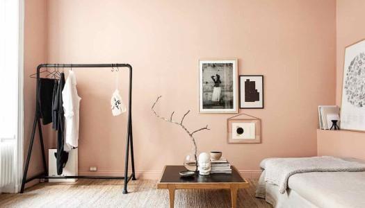 Nordische Wohnung mit Coral Pink Kontrasten